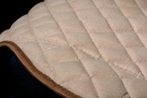 Накидки на сиденья из алькантары. Узкая спинка, широкий низ.